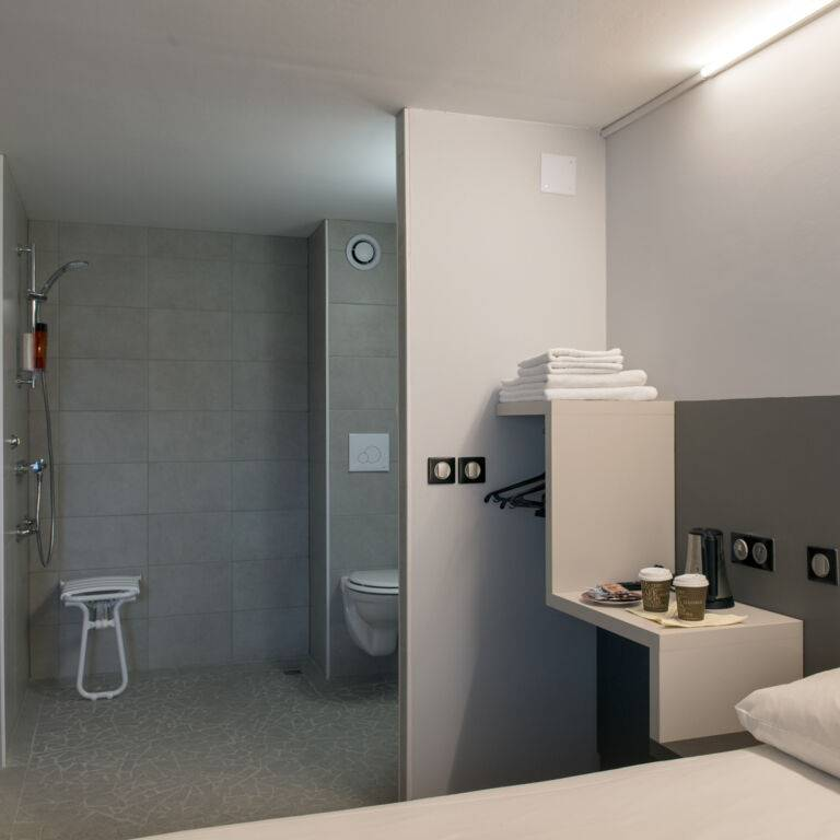 L'Hôtel by joa St Paul les Dax chambre PMR sdb